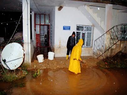 Şiddetli Yağmur Göksun'da Hayatı Olumsuz Etkiliyor-Video