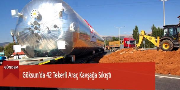 Göksun'da 42 Tekerli Araç Kavşağa Sıkıştı